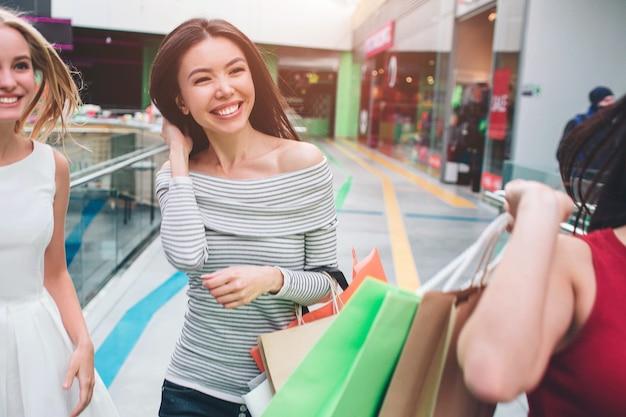 一緒に歩いているポジティブで幸せな女の子のカットビュー