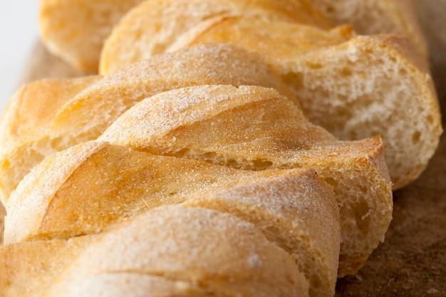 Нарежьте белый хлеб на кусочки, чтобы использовать его для бутербродов.