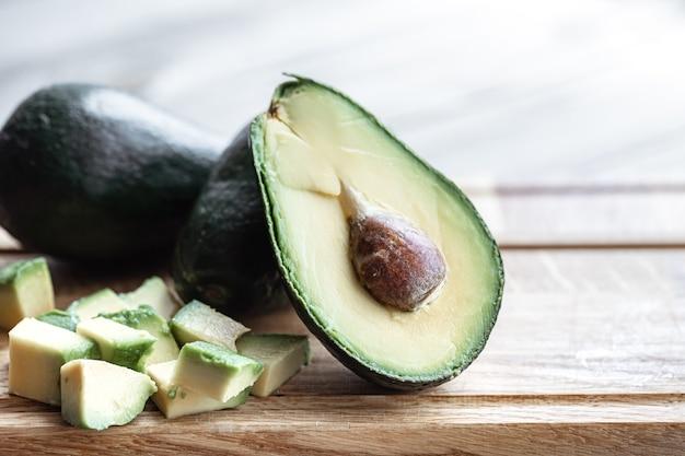 В разрезе свежий спелый авокадо Premium Фотографии