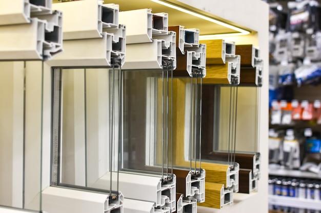 Пластиковые окна в разрезе. оконные профили из пвх в строительном магазине. крупный план металлопластиковой оконной конструкции. выборочный фокус
