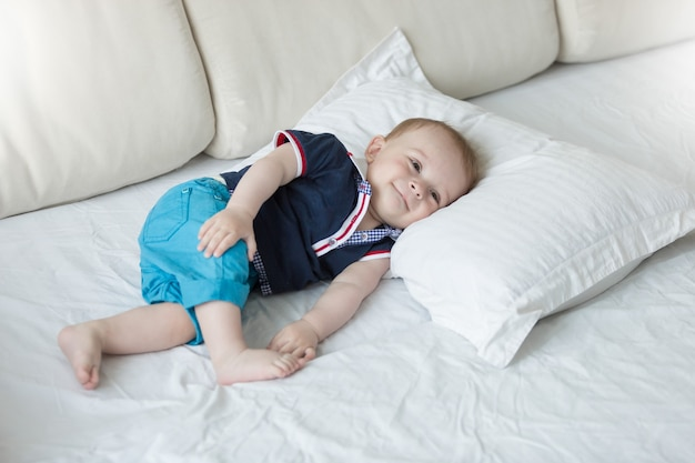 大きな枕でリラックスしたかわいい1歳の男の子
