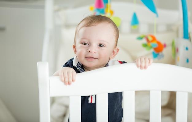 Симпатичная 9-месячная детская кроватка для мальчика