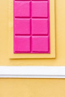 チョコレートの壁の背景のかわいい抽象的なタブレット
