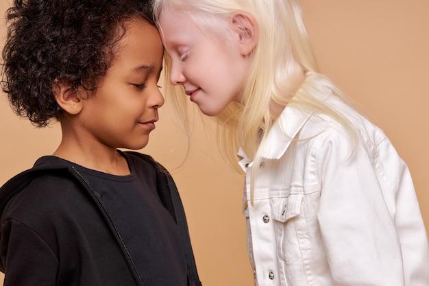 孤立した一緒に笑ってかわいい愛らしい多様な子供たち