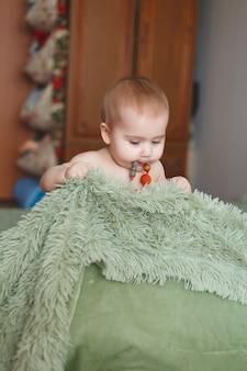 おむつをした 3 moのかわいい愛らしい新生児。カメラ目線の陽気な小さな女の子または男の子。乾燥した健康な体と肌を子どもたちのコンセプトに赤ちゃん保育園