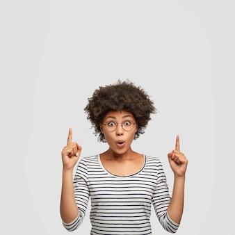 놀란 표정으로 귀여운 아프리카 계 미국인 여성