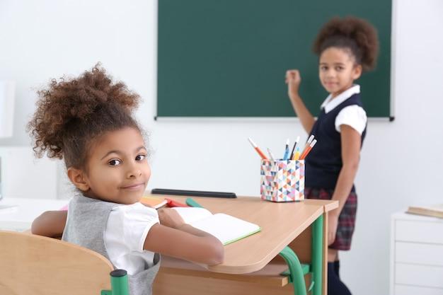 교실에서 귀여운 아프리카 계 미국인 여자