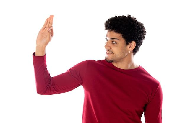 孤立したバーガンディのtシャツを着てアフロの髪型を持つかわいいアフリカ系アメリカ人の男
