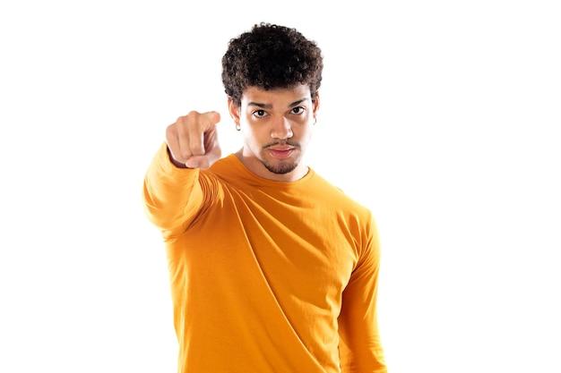 孤立したオレンジ色のtシャツを着てアフロの髪型を持つかわいいアフリカ系アメリカ人の男