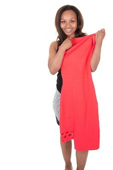 Милая афроамериканская женщина, выбирающая платье одежды