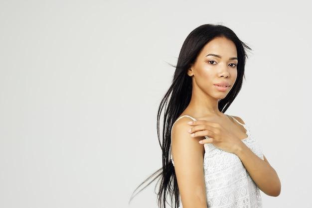 Милая афро-американская женщина в белой майке модная прическа косметическая студия