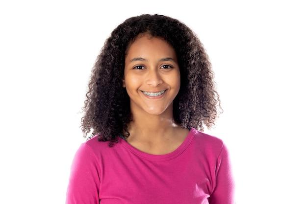 흰색 배경에 고립 된 괄호와 귀여운 아프리카 십 대 소녀