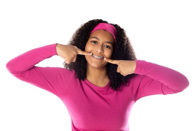 흰색 배경에 격리된 분홍색 머리띠를 한 귀여운 아프리카 십대