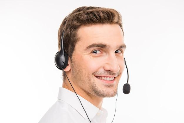 Милый агент, консультирующий клиентов по телефону, улыбается
