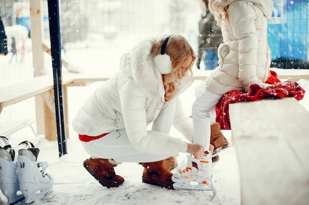 겨울 도시에서 귀엽고 아름다운 가족