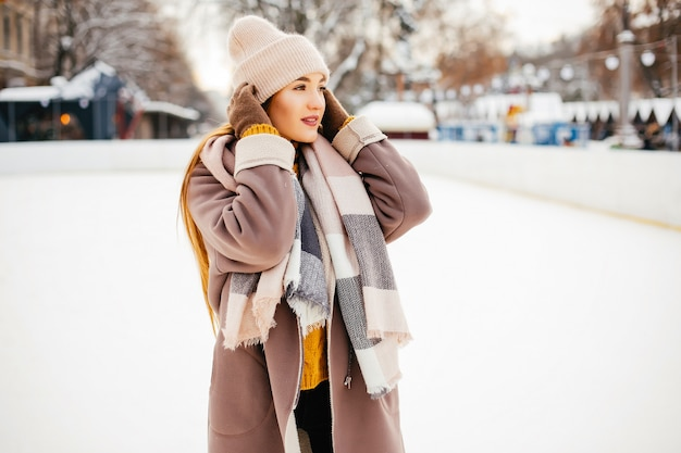 겨울 도시에서 귀엽고 아름다운 소녀