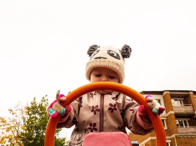 가을날 놀이터에서 노는 귀엽고 재미있는 아기