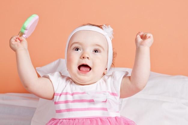 可愛くて可愛い赤ちゃんが一年楽しんで。美しいドレスで。