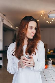 コーヒーを飲むキュートでかわいいティーンエイジャーの肖像画