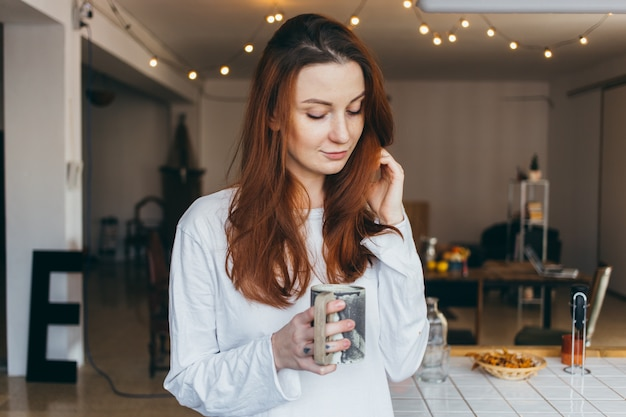 Симпатичный и красивый подросток портрет пить кофе