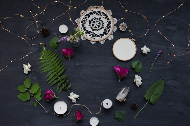야생 꽃과 함께 귀엽고 세련된 브랜딩 모형. 여성스러운 레이아웃의 평평한 평면도 사진.