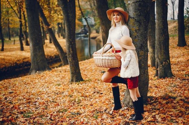 秋の公園でかわいい、スタイリッシュな家族 無料写真