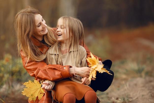 가을 공원에서 귀엽고 세련된 가족