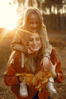 Милая и стильная семья в осеннем парке