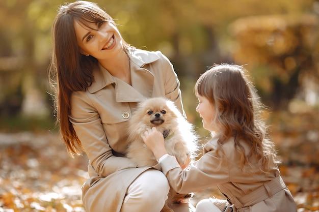 Симпатичная и стильная семья в осеннем парке