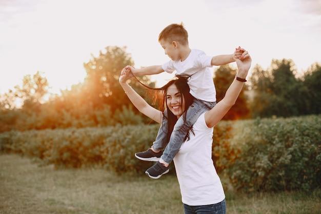 Милая и стильная семья в летнем парке