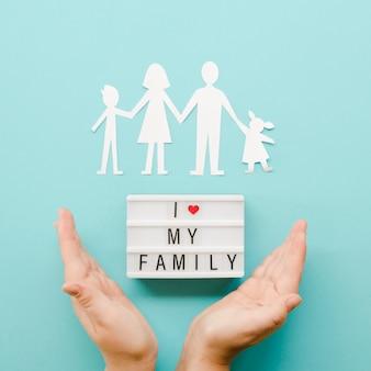 파란색 배경에 종이 가족의 귀여운 배열