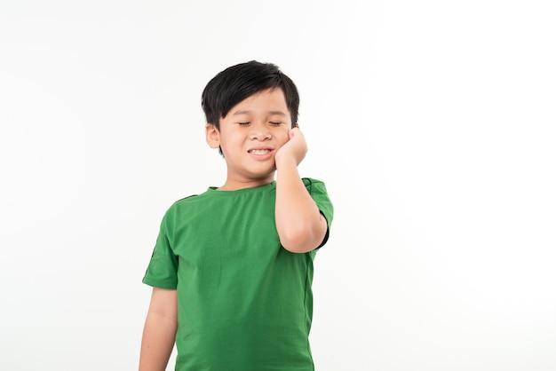 치 통에서 손 뺨을 잡고 귀여운 아시아 소년