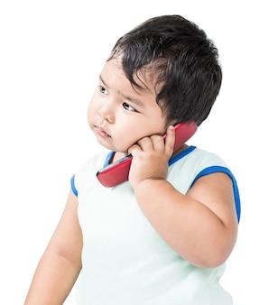 携帯電話を使用してかわいいアジアの少年