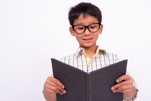 흰 벽에 체크 무늬 셔츠와 안경을 쓰고 귀여운 아시아 소년