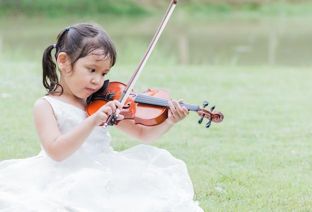 귀여운 아시아 여자 바이올린 연주