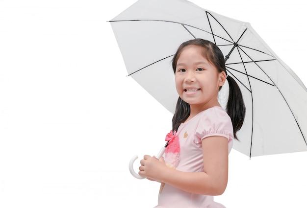 かわいいアジアの女の子、笑顔と傘を持つ