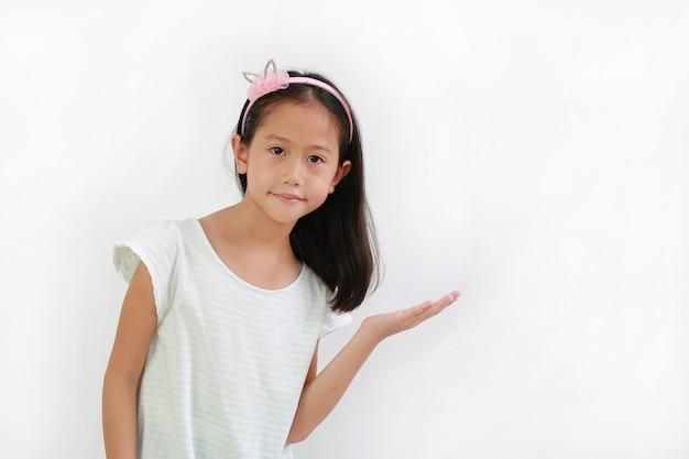 흰색 배경에 격리된 빈 손바닥으로 복사 공간에 무언가를 제공하거나 보여주는 귀여운 아시아 소녀