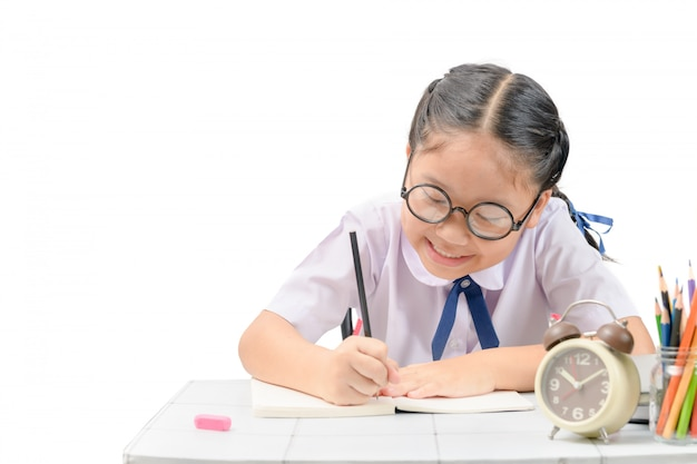 Милый азиатский студент делая домашнюю работу