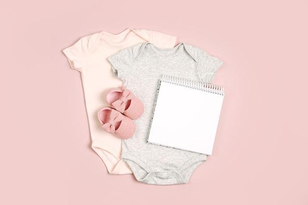 모의 카드가 있는 귀여운 아기 바디수트. 아동복 및 액세서리 세트입니다. 패션 신생아입니다. 평평한 평지, 평면도