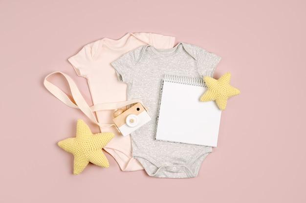 Симпатичные детские боди с макетом карты. набор детской одежды и аксессуаров. модный новорожденный. плоская планировка, вид сверху