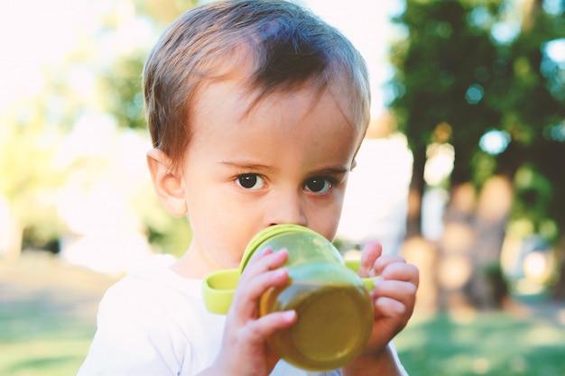 かわいい赤ちゃんを飲むミルクボトル