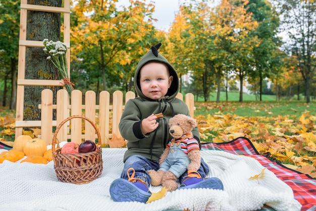 秋の公園でカボチャとかわいい男の子