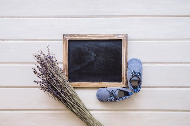 かわいい赤ちゃんの概念木製の表面
