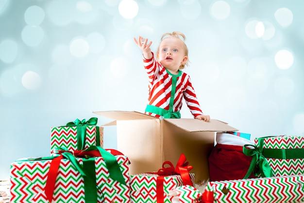 クリスマスにボックスに座っている1歳のかわいい女の赤ちゃん