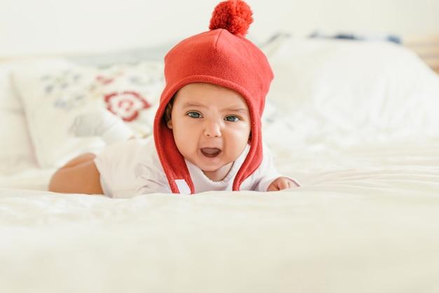 침대에 우는 귀여운 아기 소녀