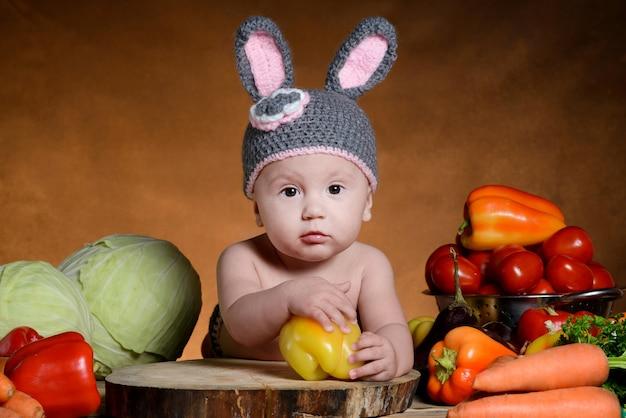 バニーコスチュームのかわいい女の赤ちゃん。イースターのウサギ。