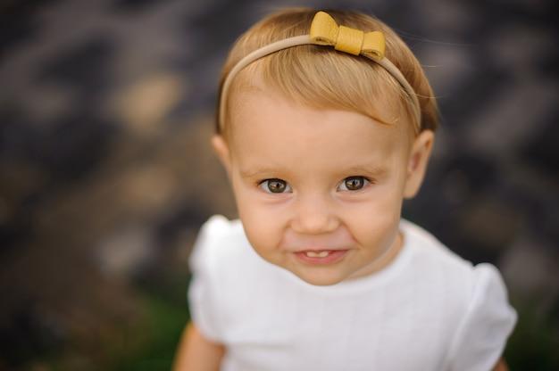 黄色の弓のかわいい女の子