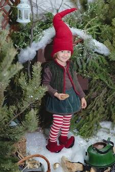 クリスマスのノームの衣装でかわいい女の赤ちゃん