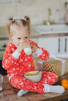 クリスマスのパジャマでかわいい女の赤ちゃん