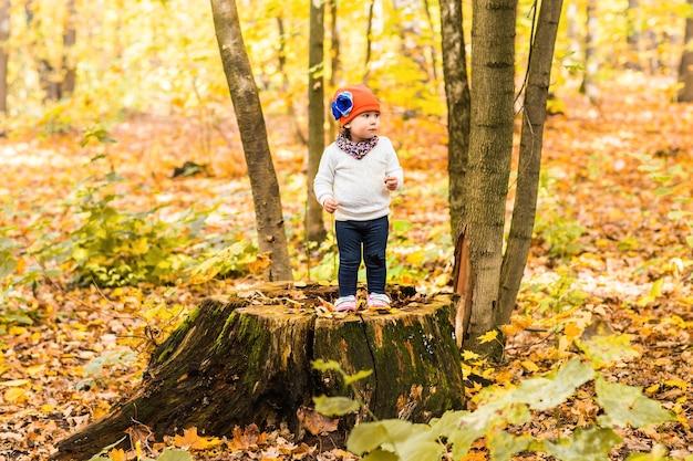Милая девочка в осеннем лесу.